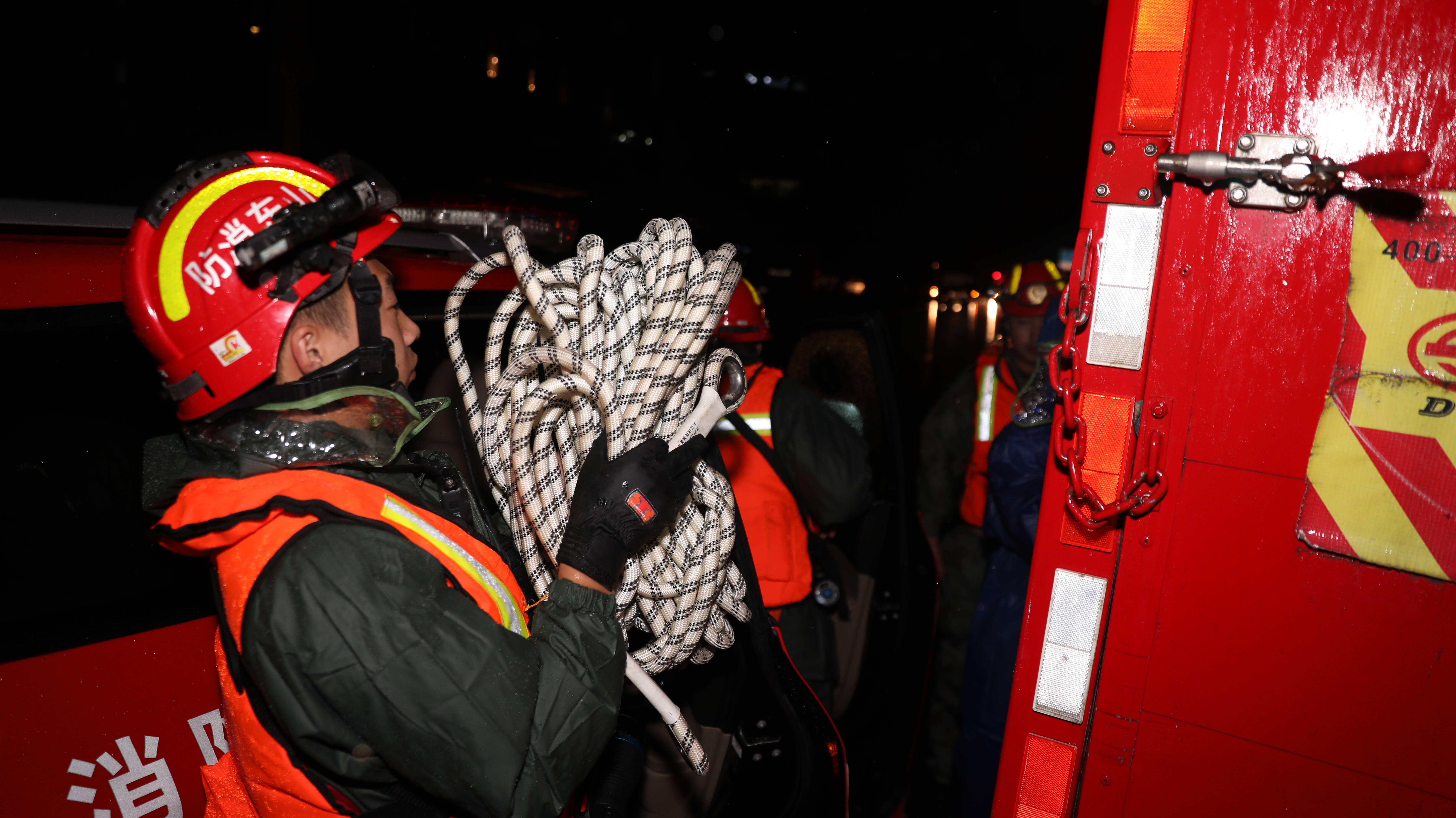 山东消防总队聊城支队雨夜紧急赶赴灾区疏散群众