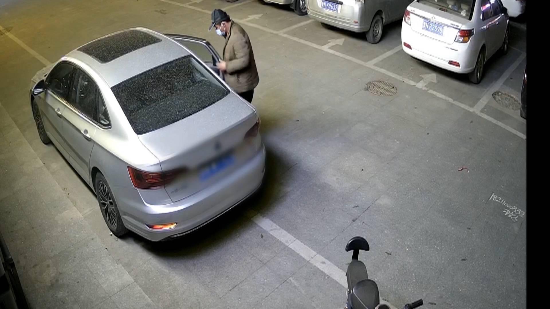 """""""神秘男子""""盗窃车内财物变装""""脱身"""" 5个月偷9辆车后被民警抓获"""