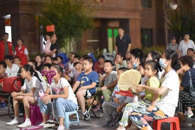 红色文化进社区 泰山科技学院举办暑期三下乡红色观影活动
