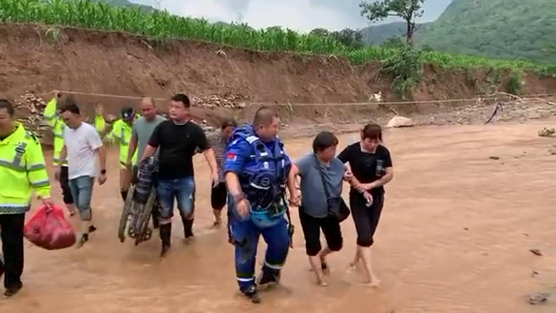 山羊也不落下!山东蓝天救援队在郑州新密市一村庄救下了这些生命财产
