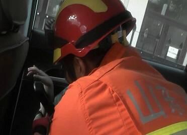 兒童手臂卡車門無法脫困  威海消防緊急救援