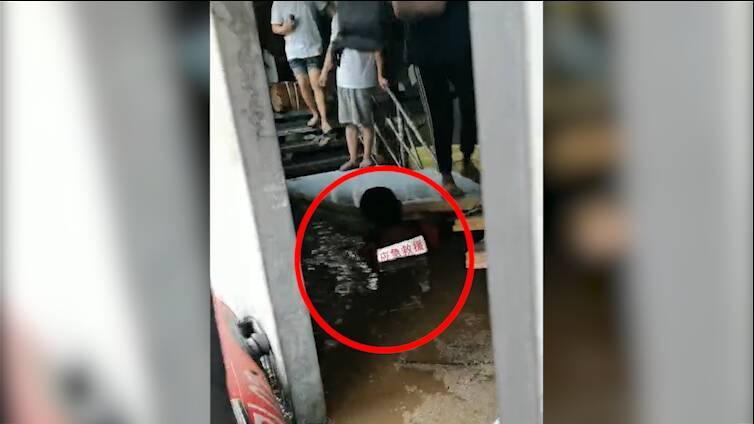 临清特战救援队24小时转移郑州被困群众300余人!积水没过胸膛,18岁小队员的操作令人感动