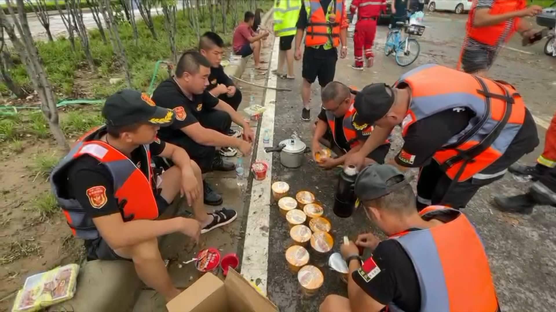 河南小学生为山东救援队送上热水 救援队队员:心里很暖!