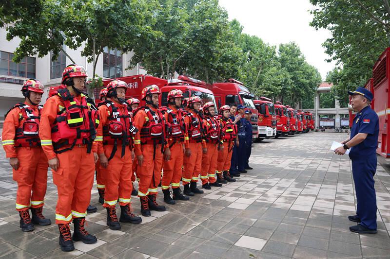 潍坊市消防救援支队23名指战员顺利抵达郑州 跨区域增援河南抗洪抢险