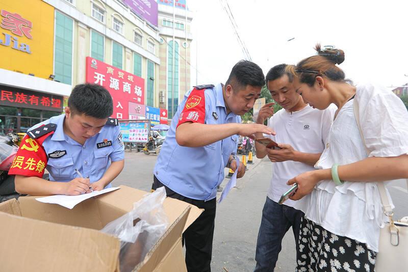 安丘市公安局携手爱心企业免费向市民发放爱心头盔 已发放5.6万个