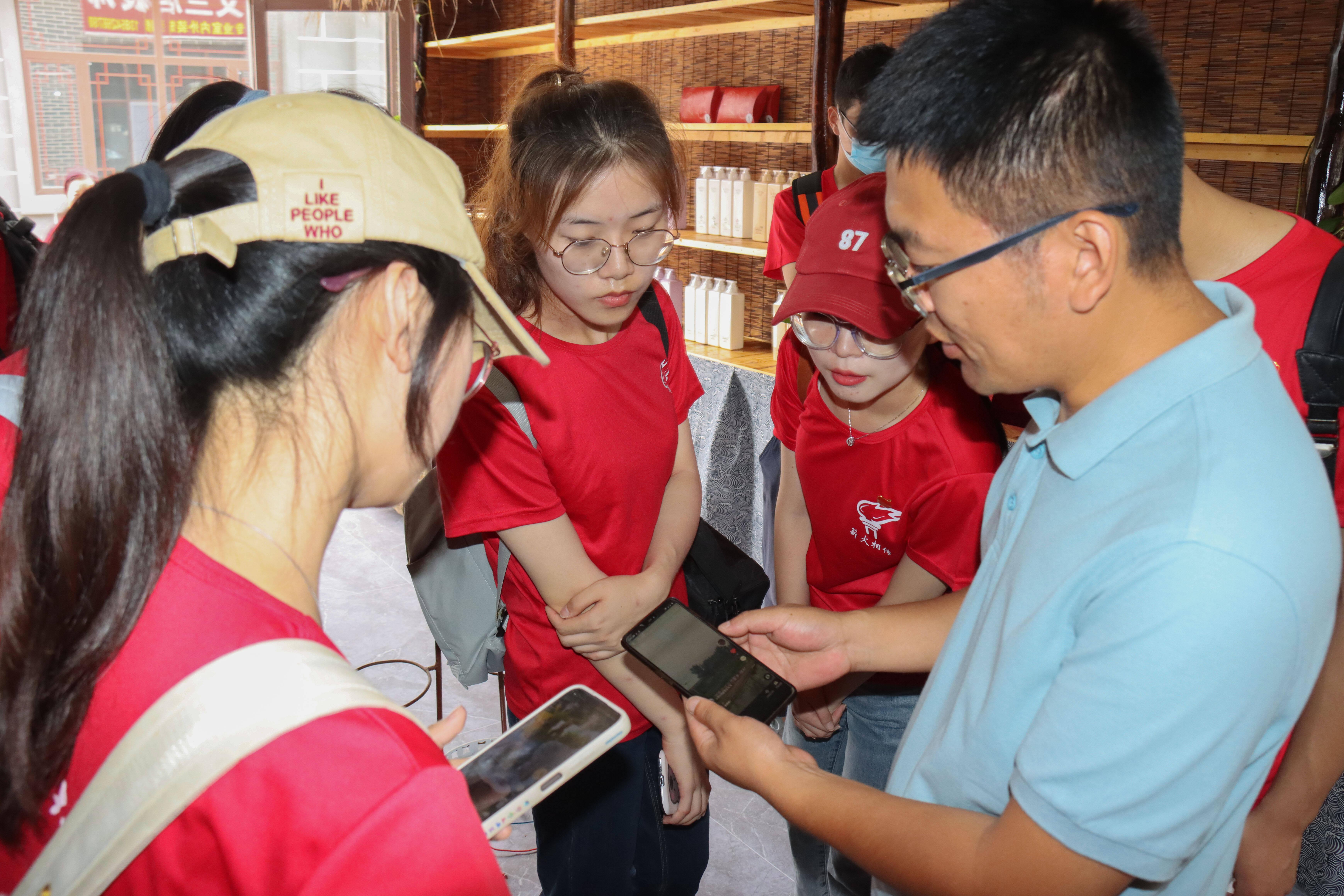 中国石油大学学子深入乡村实地调研 看村庄缘何从倒数跻身考核先进村