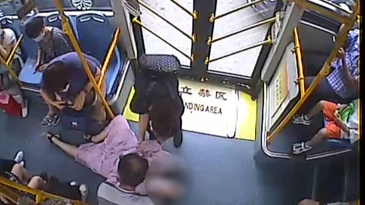青岛早高峰公交车上女乘客突然晕倒 驾驶员喂糖暖心救助