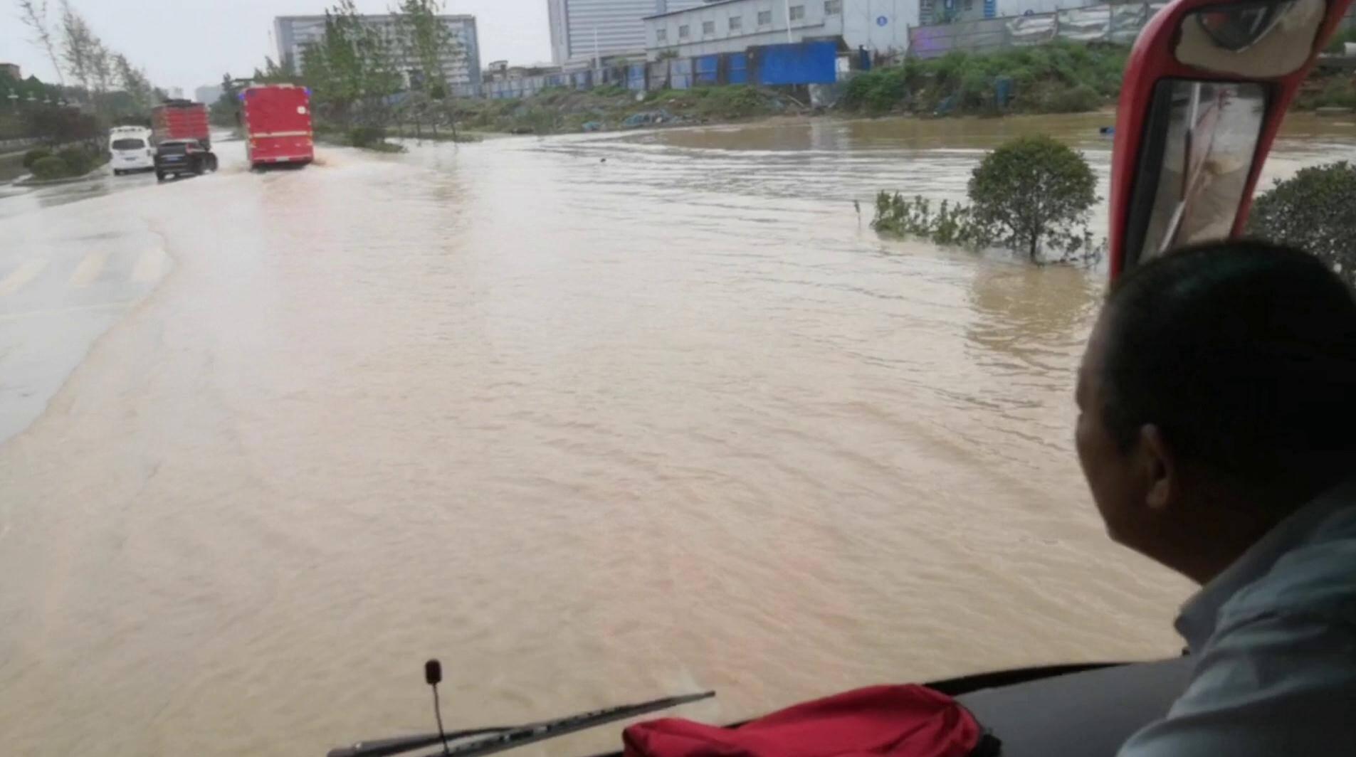 河南父女两人被困医院附近 泰安消防救援脱险