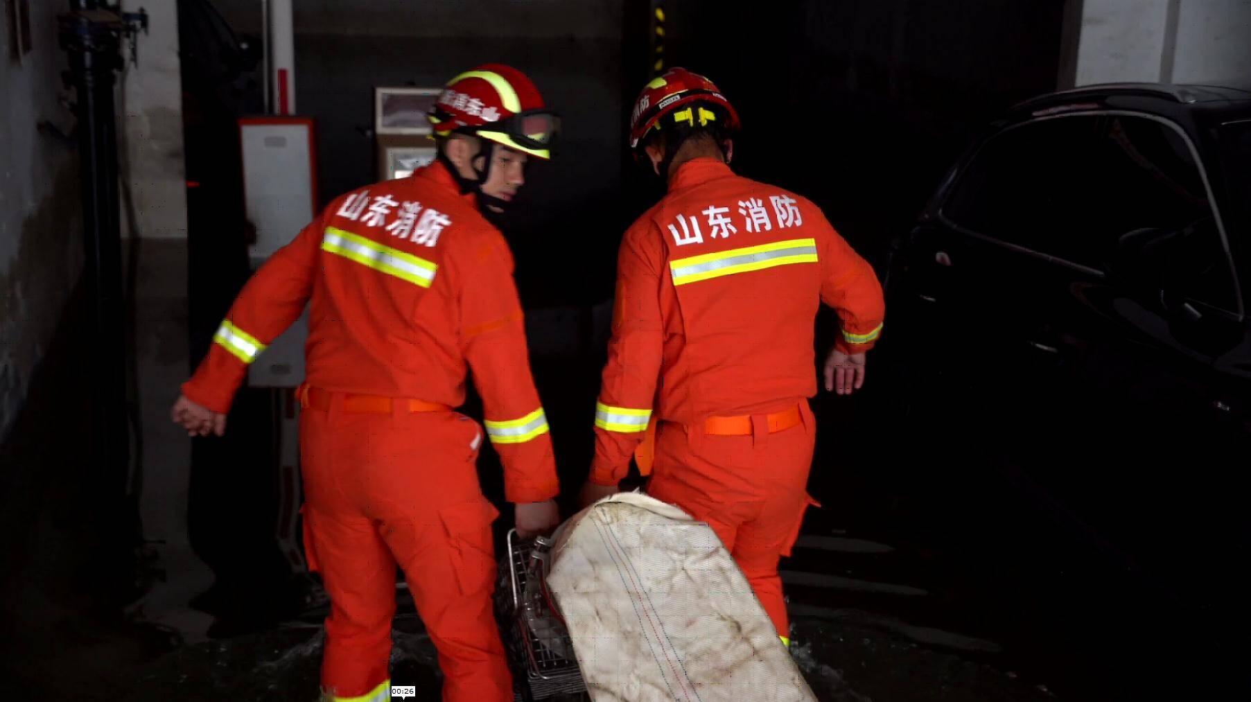 暖到了!在河南排涝抢险的消防员收到了当地一位小女孩塞给的一张纸条...