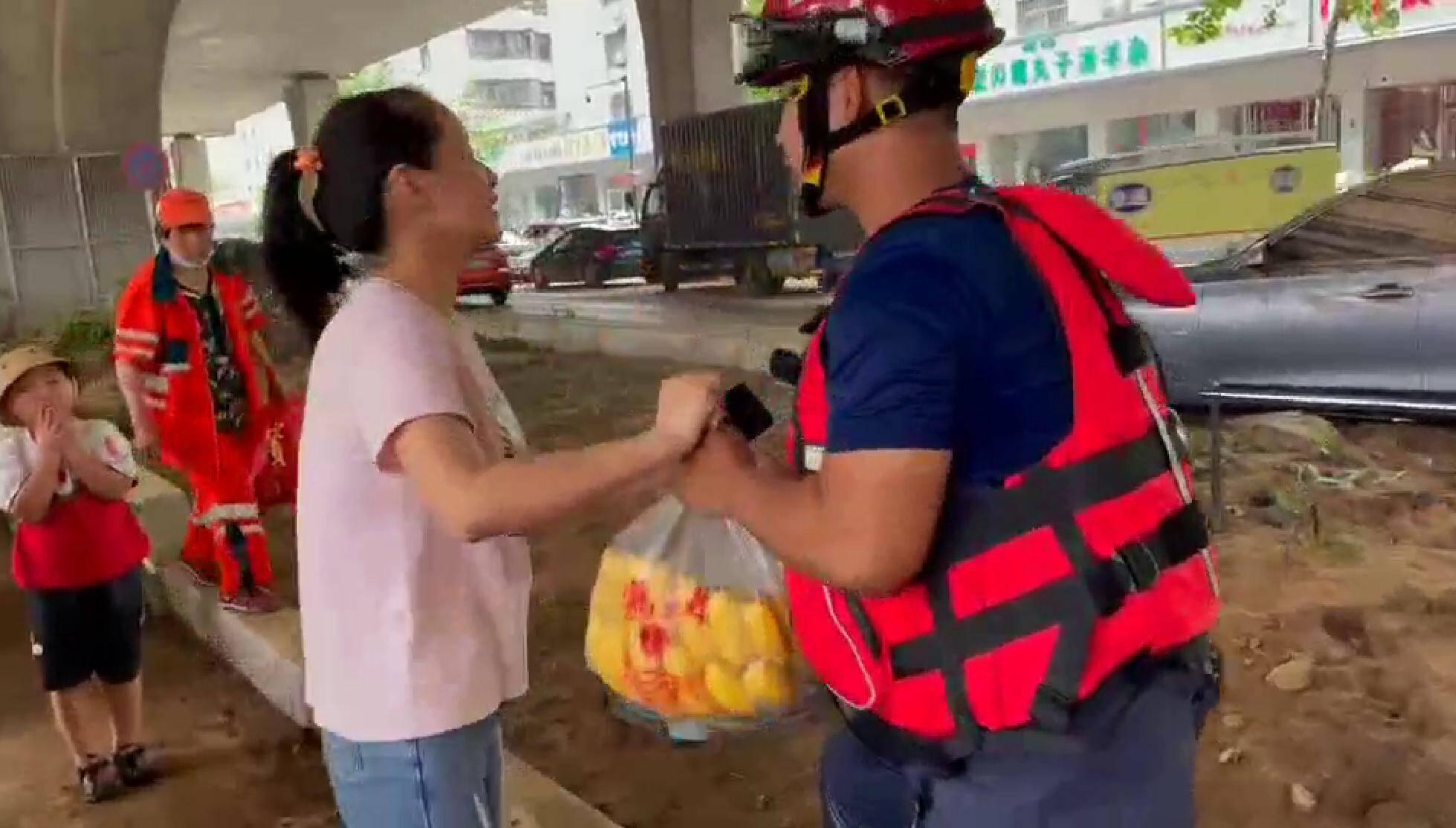 最好的教育!妈妈带着孩子来给排涝的消防员送水果