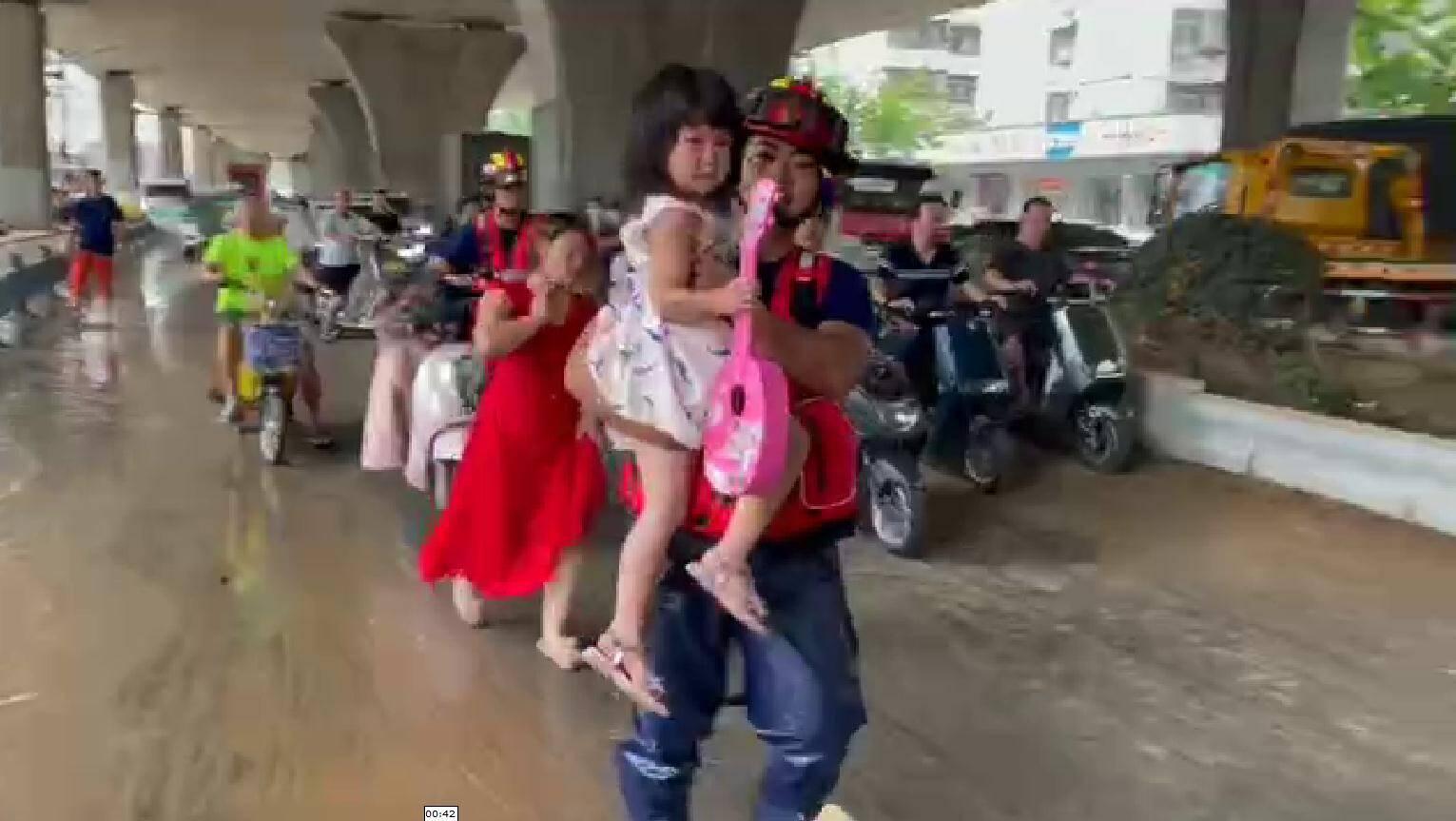 """""""有消防员叔叔在不要怕!""""母女两人骑车摔倒 消防员一把将小女孩抱起送至安全地点"""
