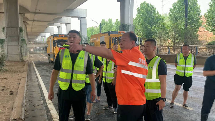 连续作战55小时 退水200多米 抽水12万方 济南市防汛抗旱指挥部调派33人抵达郑州防汛救灾