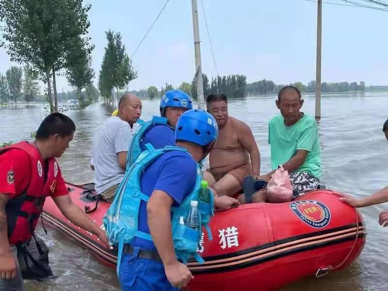 鲁豫同心 山河情深|平度市救援人员配合当地救援队转移新乡受困村民200余人