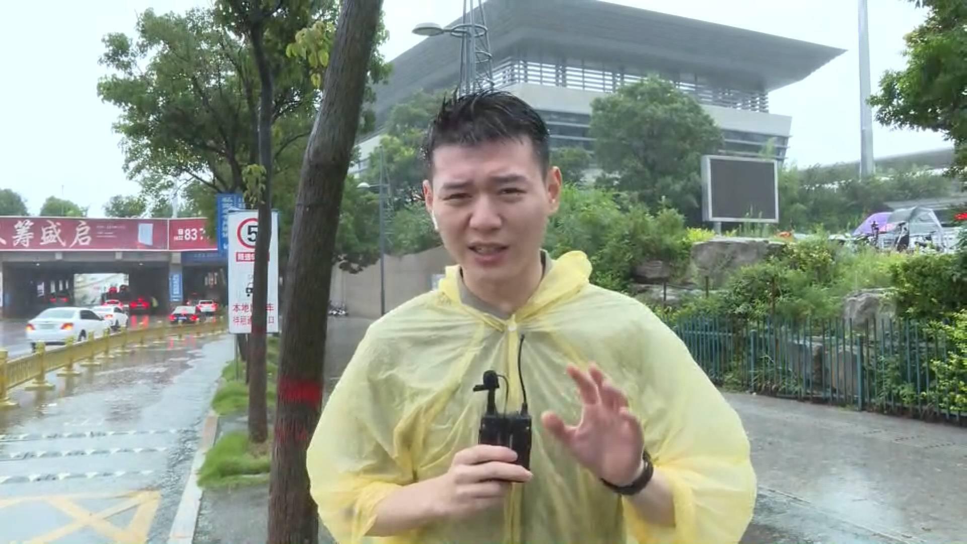 """""""我睜不開眼了!"""" 閃電新聞記者直擊臺風""""煙花""""被淋成""""雨人"""""""