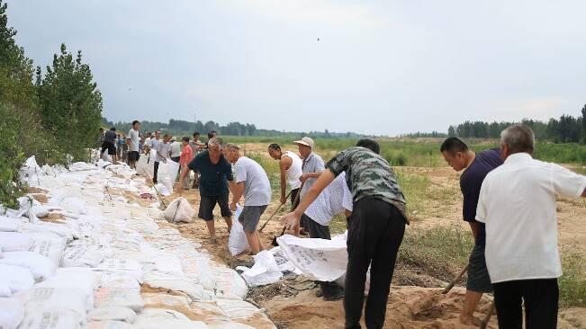"""迎战台风""""烟花""""!潍坊昌乐300多名党员干部和5000多名群众一起加固河堤"""