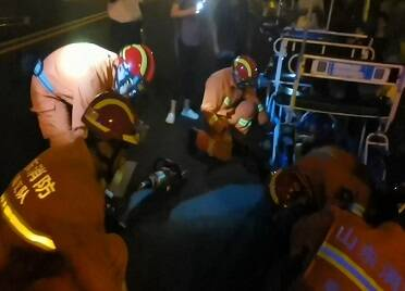 男孩手指卡入觀光自行車鏈條 威海消防緊急救援