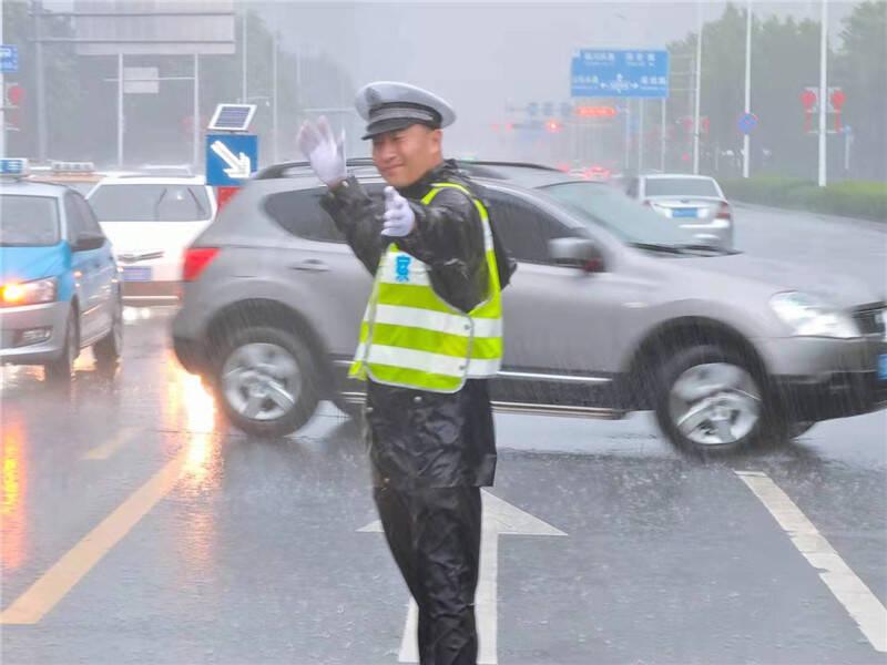 """迎战""""烟花"""":青岛交警部门启动二级响应 部分高速路段实施交通管制"""