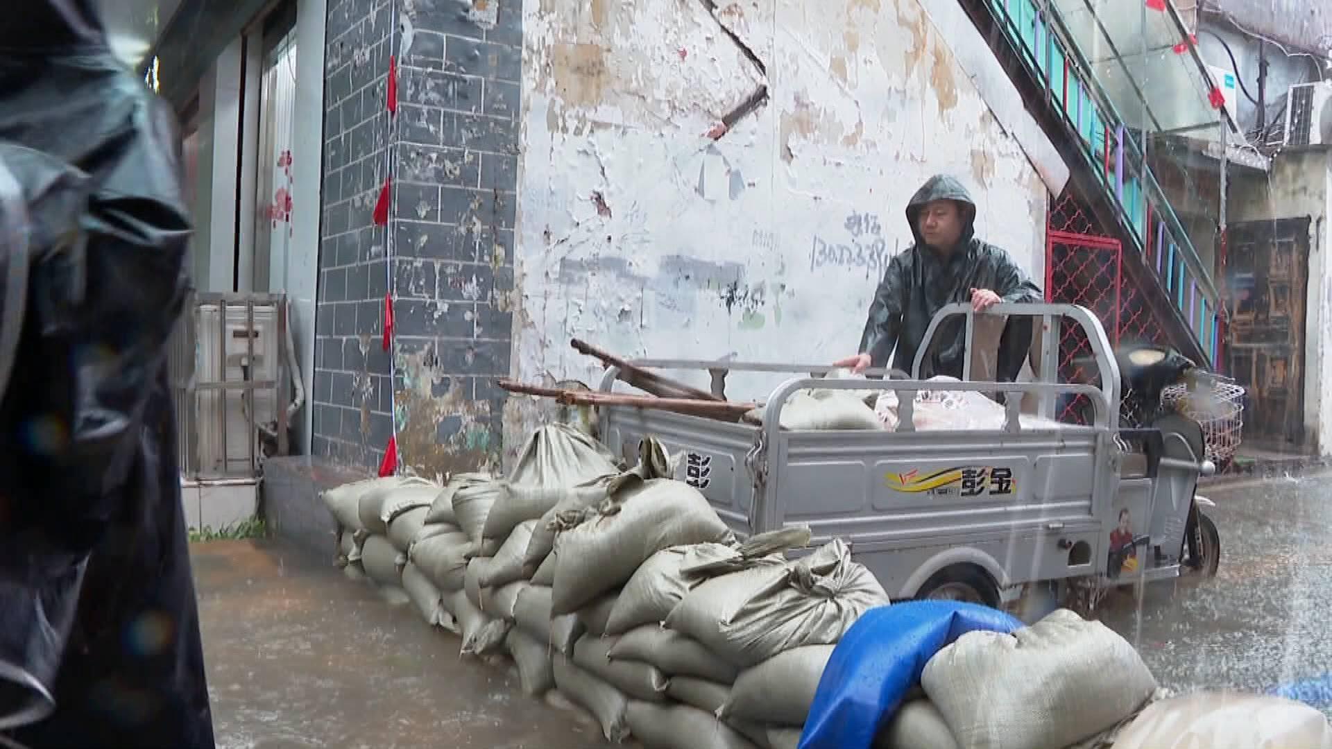 臺兒莊區一老舊小區積水超半米 200多名黨員干部緊急排水、勸離居民