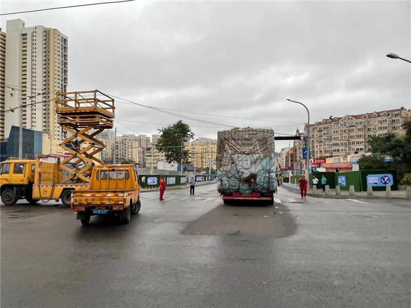 青岛:风雨天货车刮断电缆 紧急抢修两小时后恢复交通