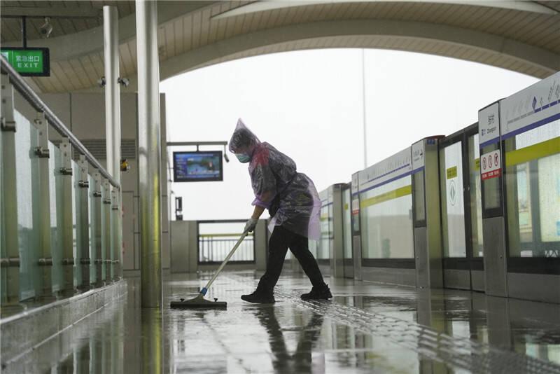 限速运行、加大行车间隔、关闭部分电扶梯……受降水影响,青岛地铁采取措施保障安全