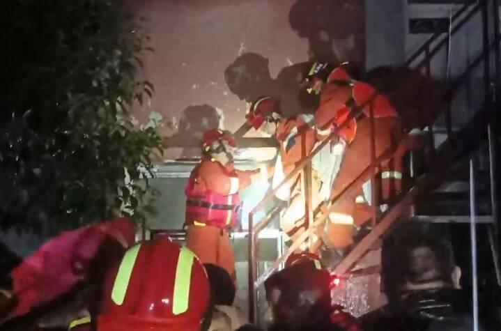 棗莊暴雨致養老中心27人被困 消防員背老人緊急轉移