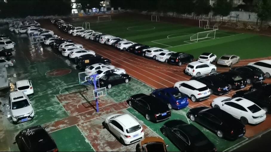 """点赞!当强降雨来袭,聊城市东昌府区12处校园""""变身""""应急停车场"""