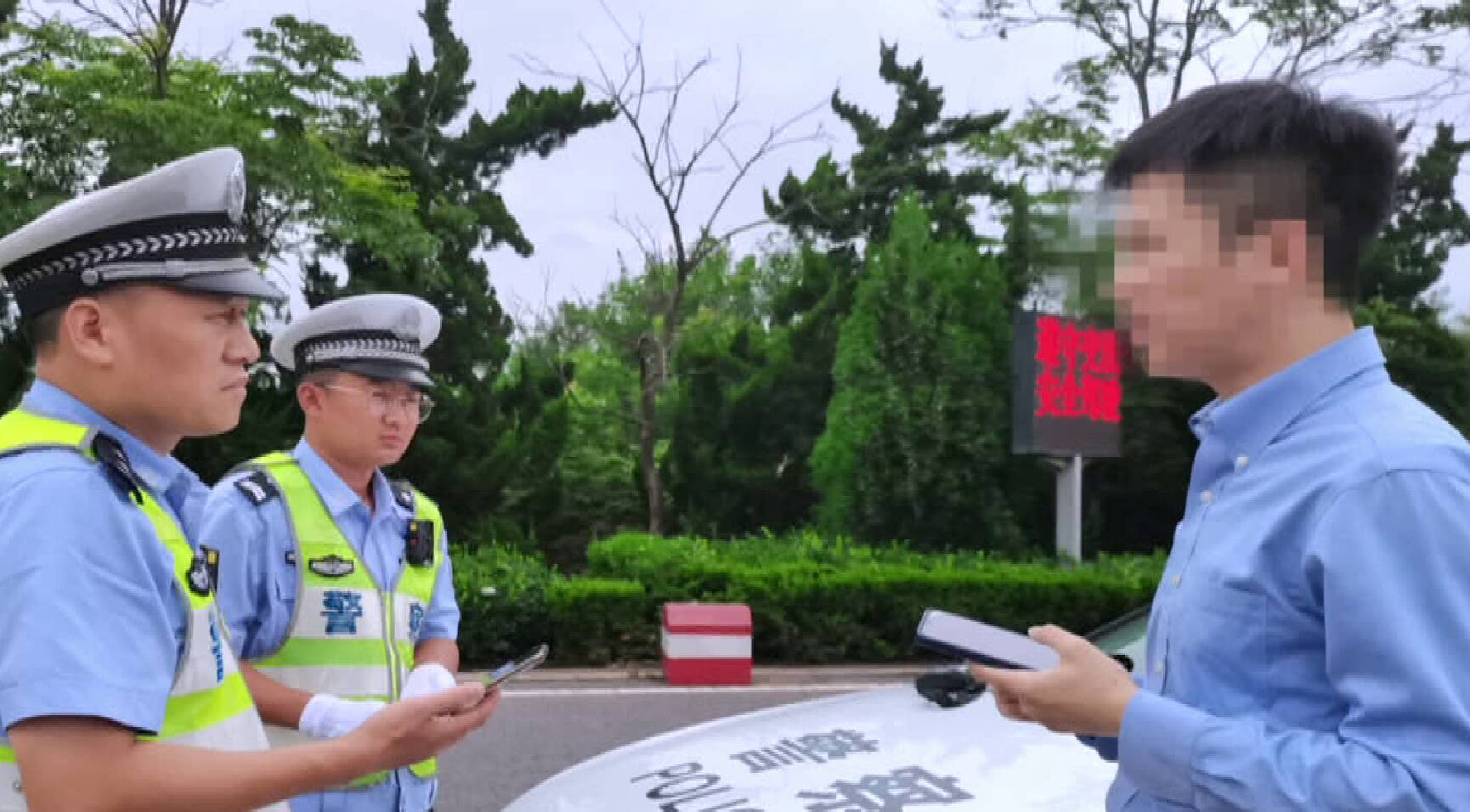 罚款扣分拘留!过几天就拿证 男子驾驶证暂扣期间开车上路被查