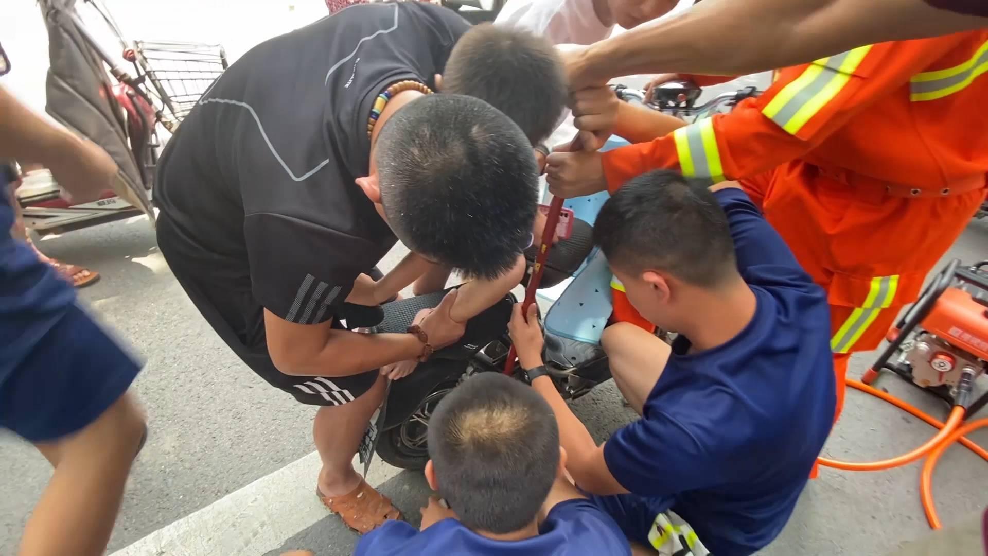 男孩脚卡电动车 莱西消防紧急救援