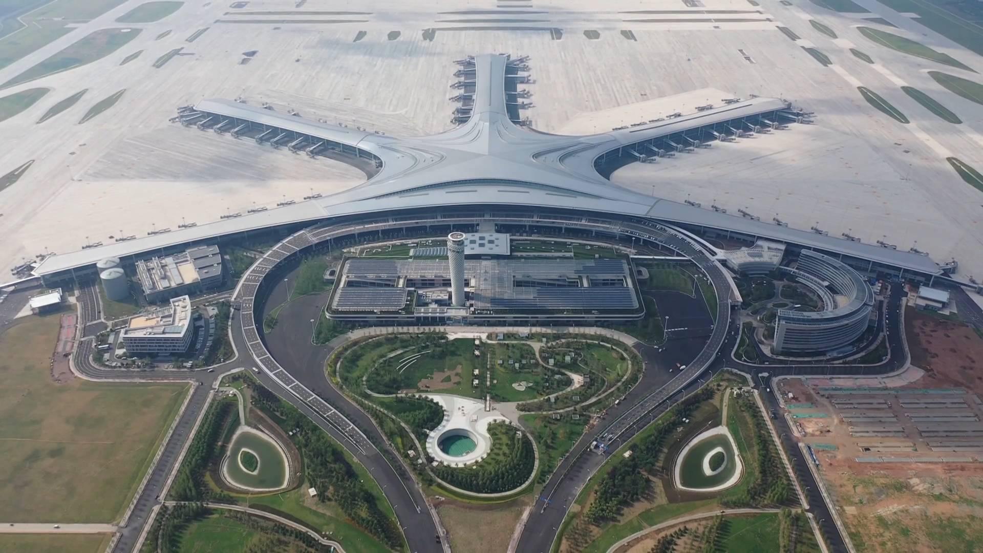技术升级最高管控百架飞机、配备移动监测方舱……青岛胶东机场多种措施保转场