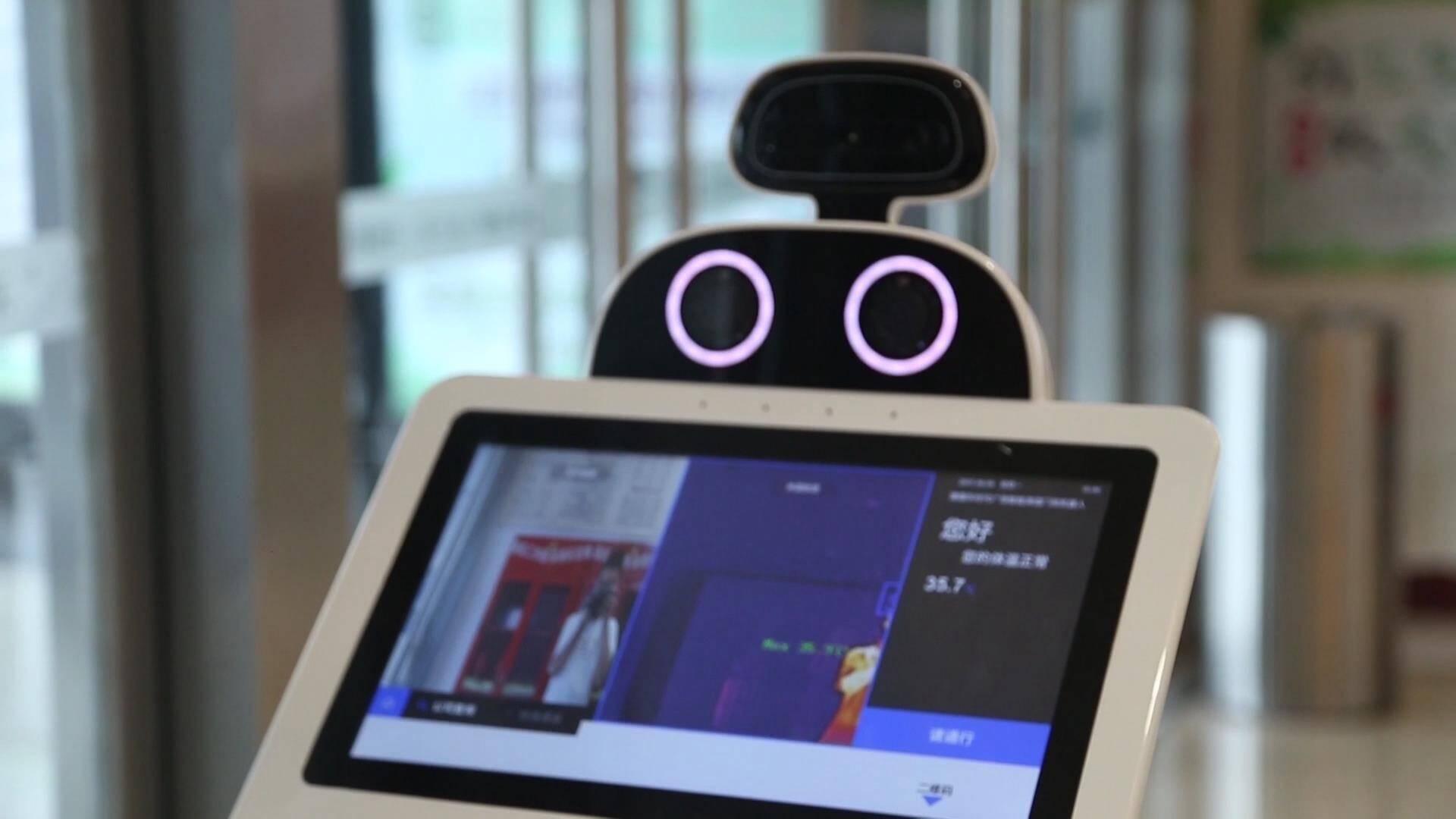 """德州:商场启用防控""""黑科技"""",智能机器人上岗,能测温可消毒"""