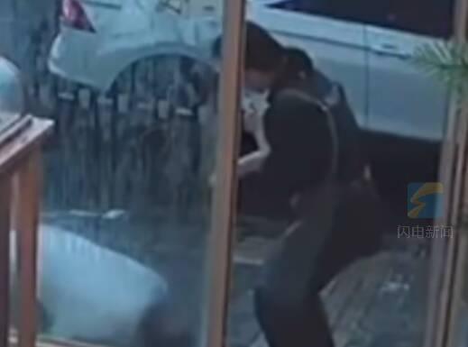 老人摔倒匍匐到店门口 女店员毫不犹豫扶起来