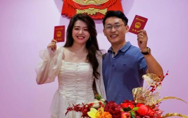 """我们领证了!济南多个婚姻登记处""""七夕""""为爱不休班 疫情防控下仪式感不缺席"""