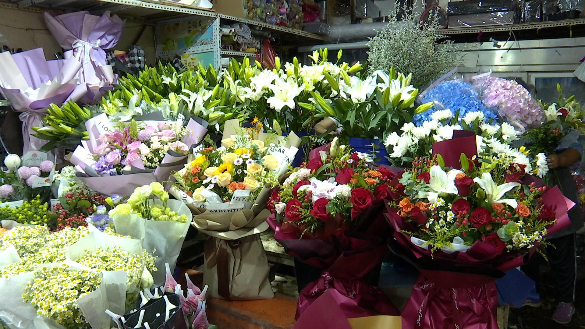 记者探访济南鲜花市场:市民争相采购 价格比往年稳定