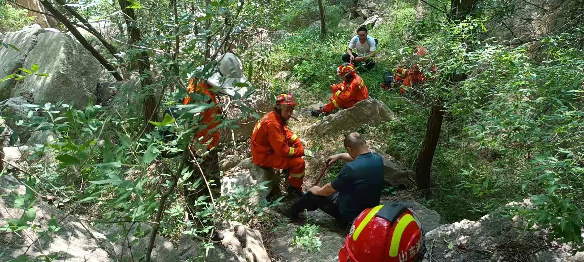 济南一男子探险不慎被困山中 消防火速救援