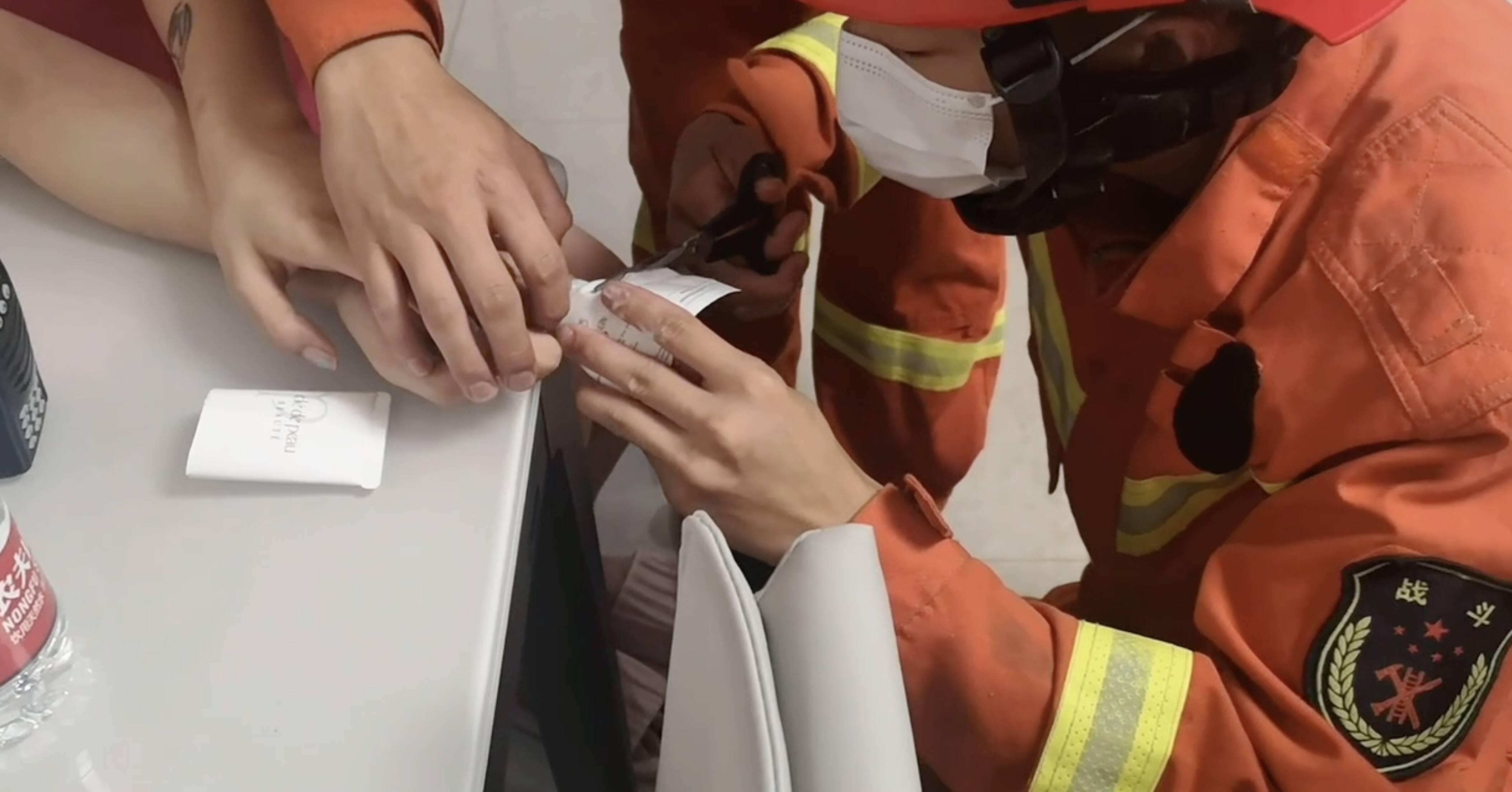 """女孩手指被卡洗面奶瓶内 济宁邹城市消防员设法为其""""解套"""""""