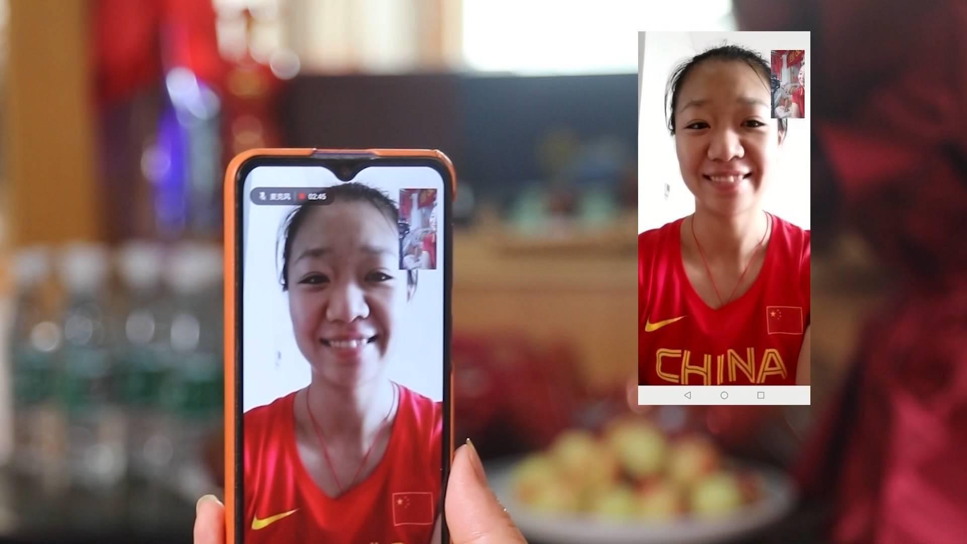 最想吃爸爸做的小龙虾 调侃妈妈挺自恋 奥运冠军刘诗颖与家人闲话家常