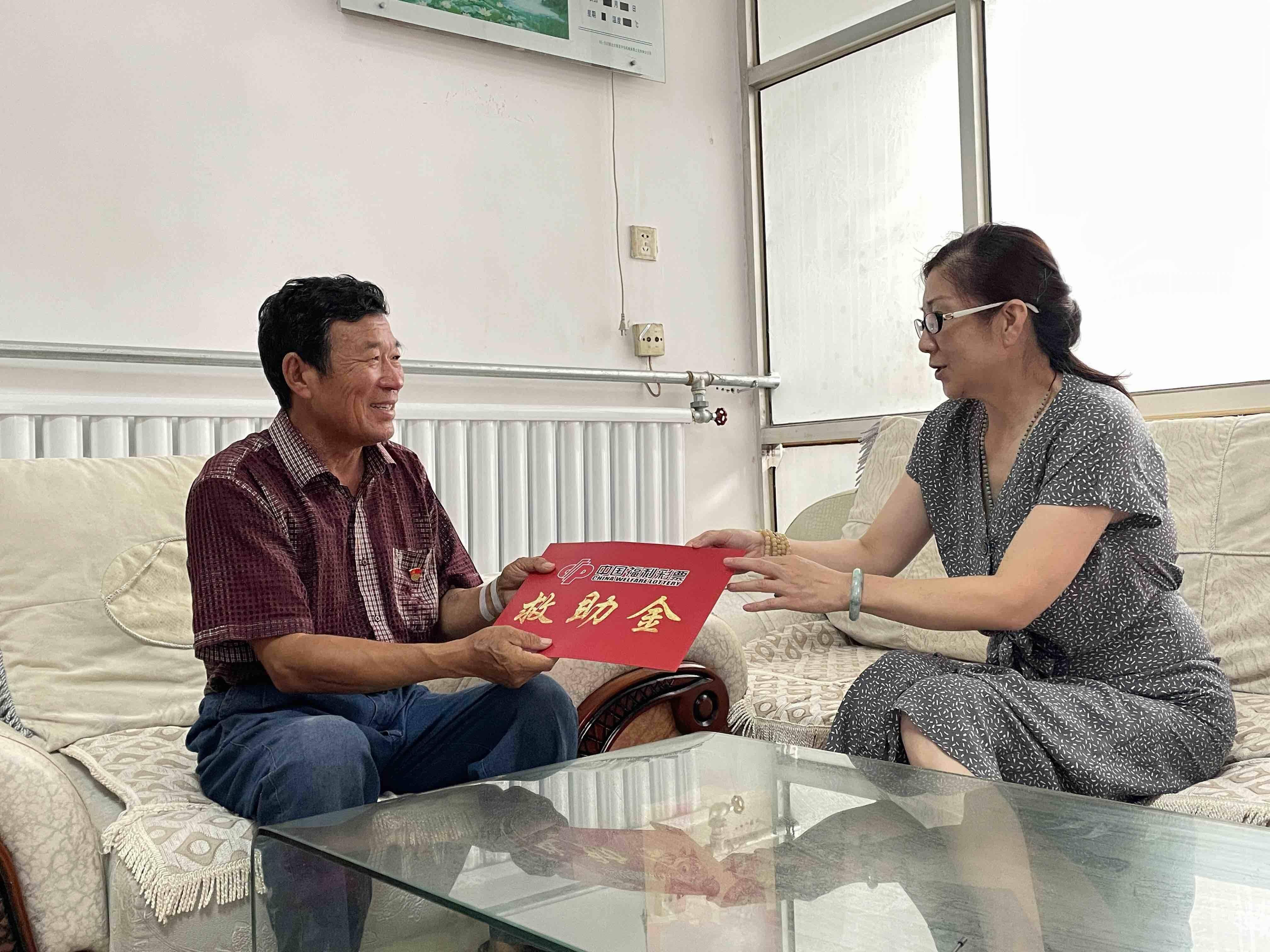 """山东福彩""""为福添彩""""公益救助 为困难家庭送上救助金"""