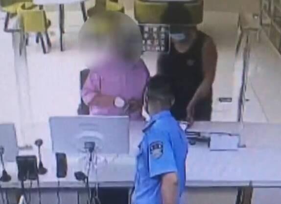 济南:女子花50块钱办假身份证领工资 换真证时被民警发现
