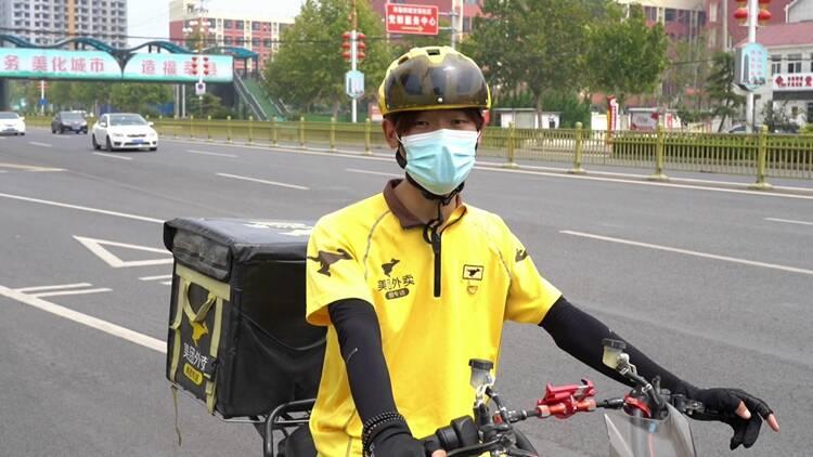 """暖!当电线横断马路中间,聊城一外卖小哥为过路车辆当起""""路标"""""""