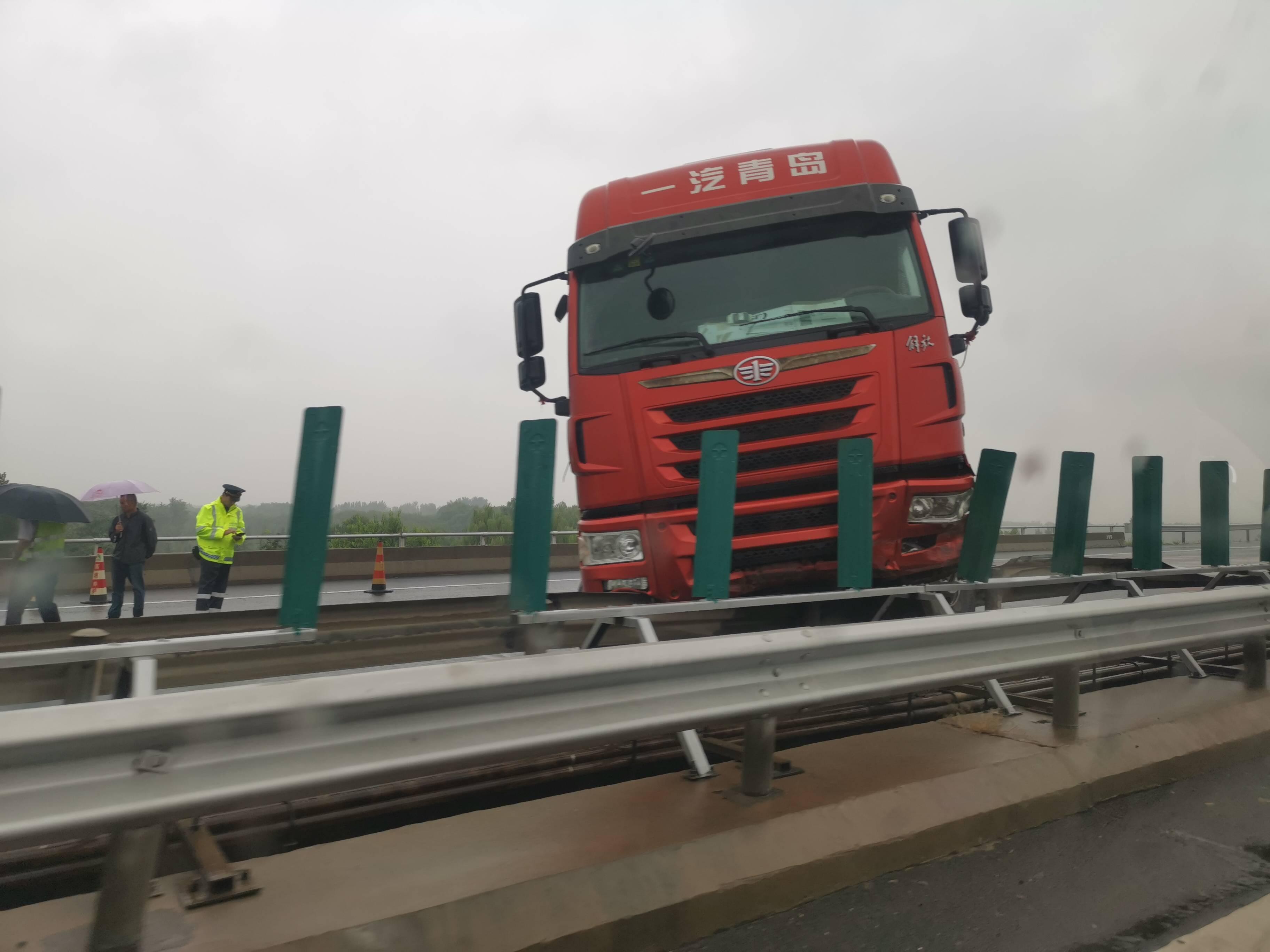 下雨路滑! 京台高速黄河大桥路段发生交通事故