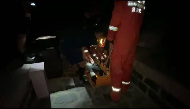 一男子夜晚登山摔伤 济南消防用担架将其抬下山