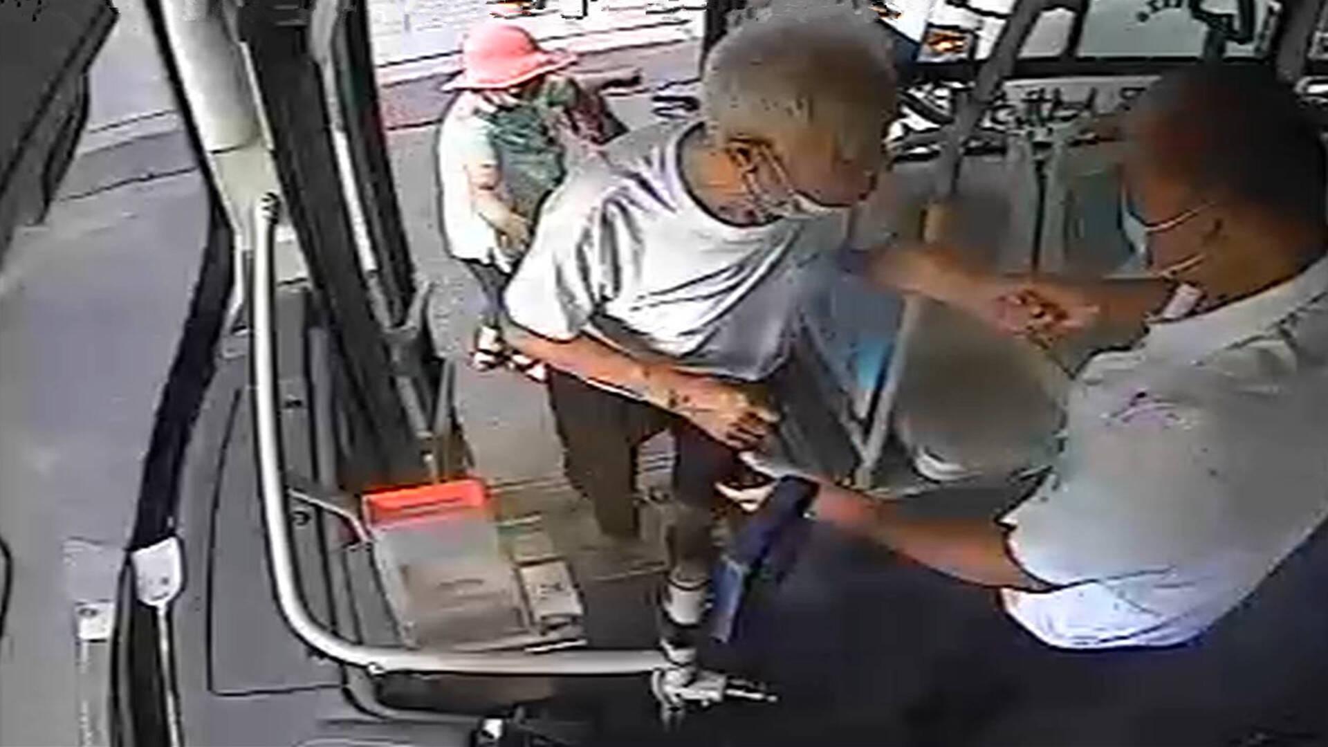七名驾驶员一段爱心路!莱州公交司机为出行不便老人接力送温暖