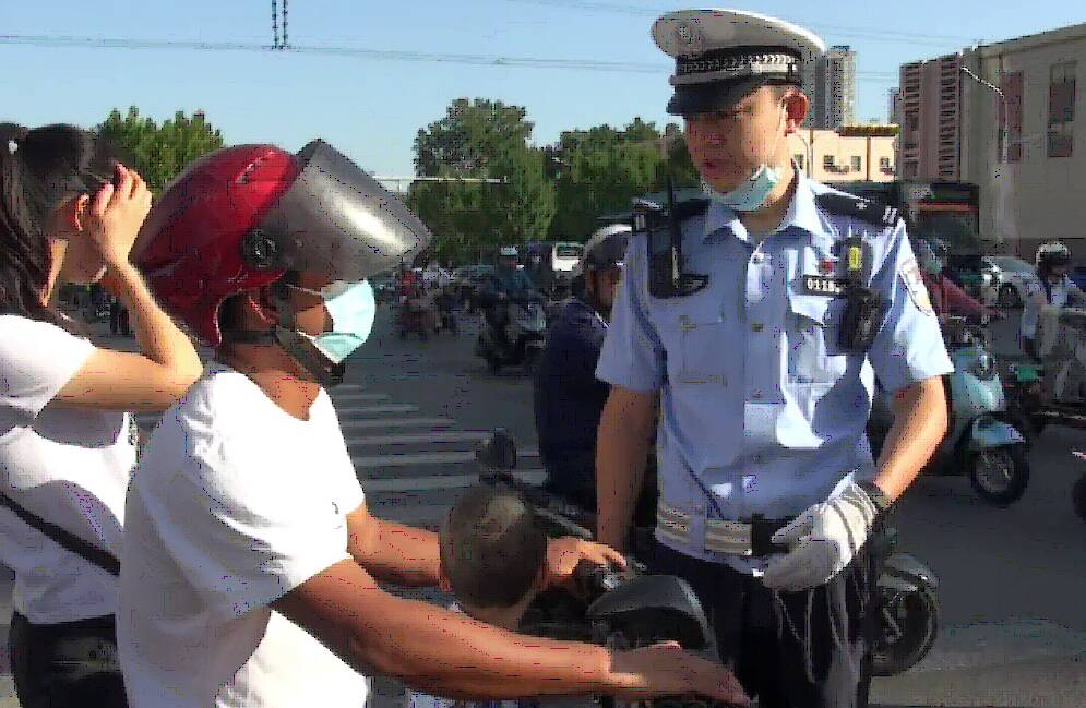 电动自行车载人(12周岁以上)违法!济南经七纬十二路口一小时40人被查