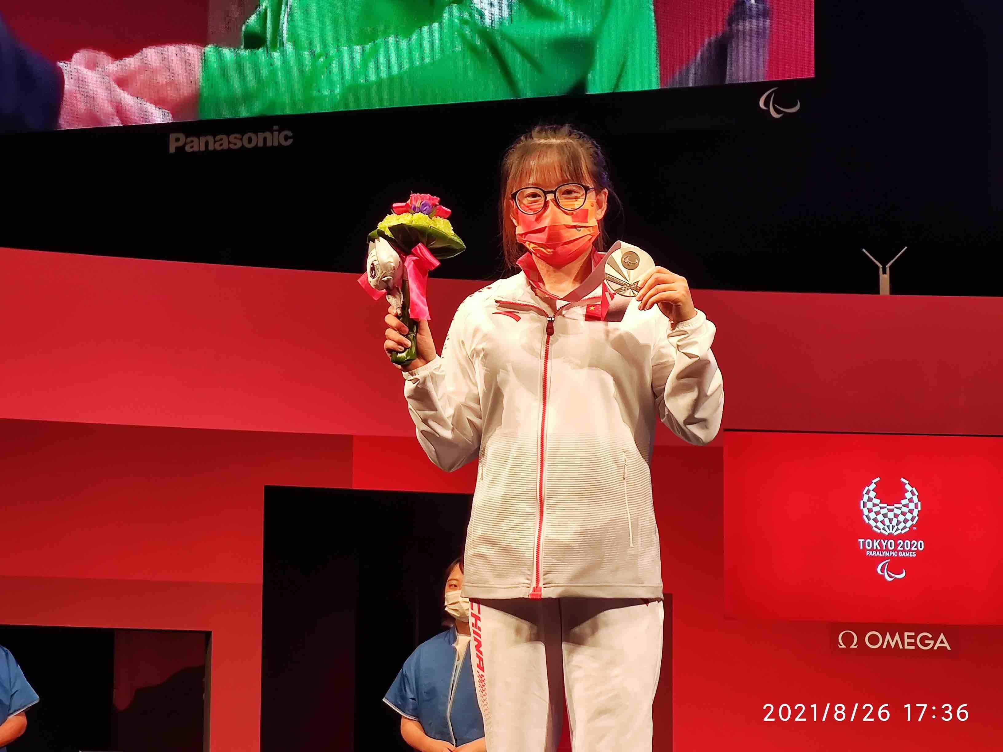 菏泽姑娘崔哲在东京残奥会举重项目女子45公斤级比赛中摘得银牌