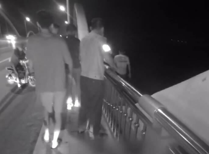 两次失恋跳桥轻生 警民联手抓住衣服将他救下