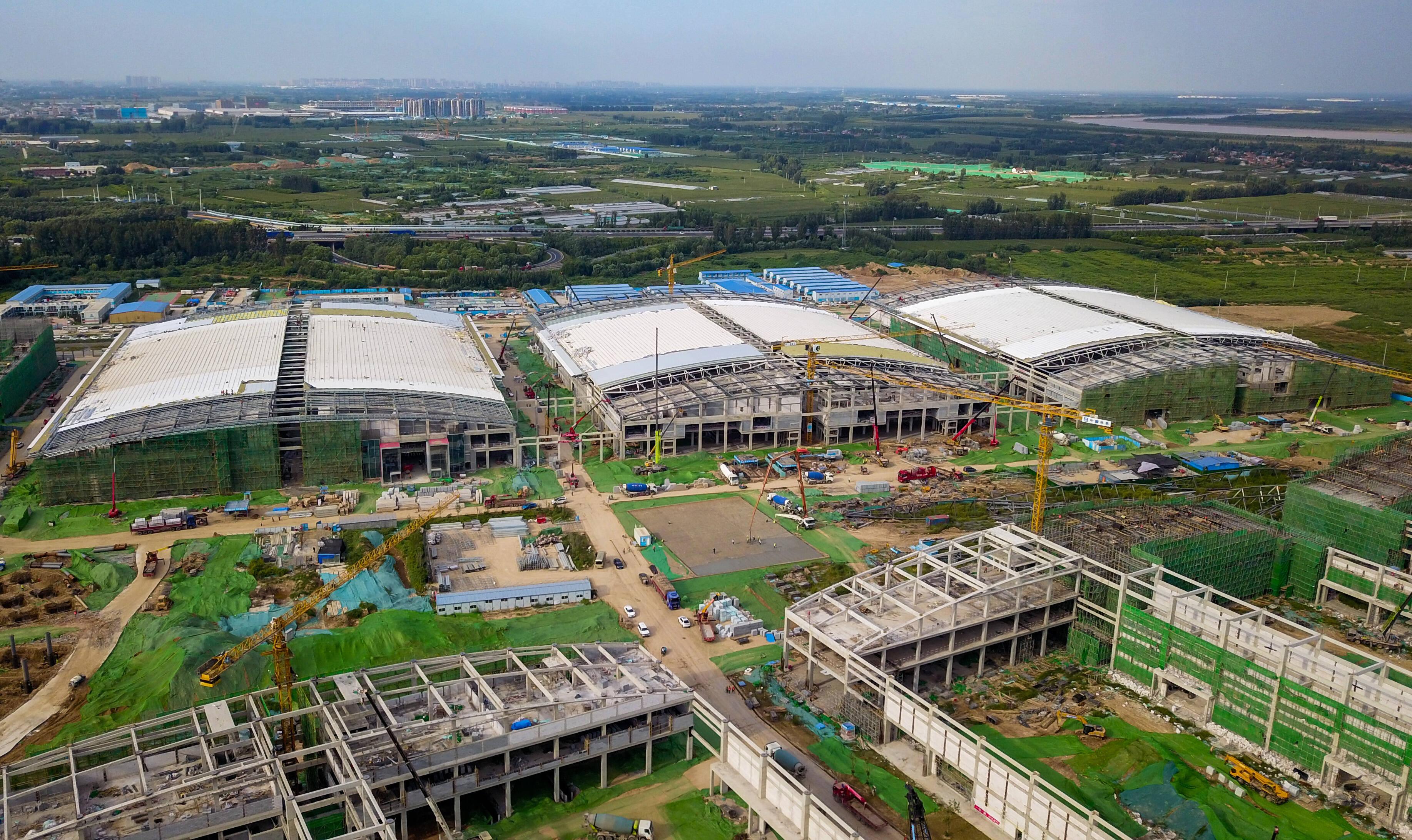 影像力|4000余人、200余台起重设备 济南起步区全球最大会展中心为迎首展忙建设