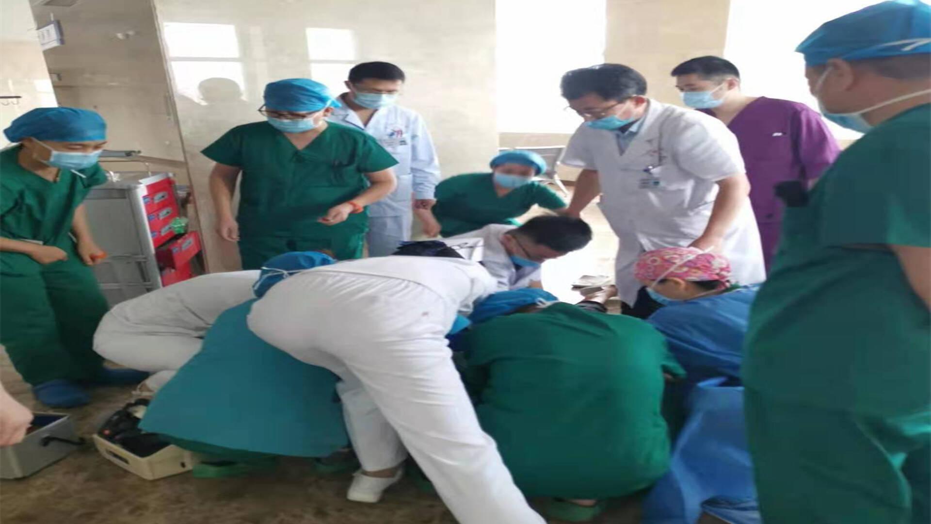 10分钟生死急救!男子医院内倒地心脏骤停 20余名医护出手