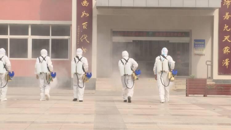 """东营:""""蓝枫""""志愿者对校园进行环境消杀 为开学筑牢""""安全门"""""""