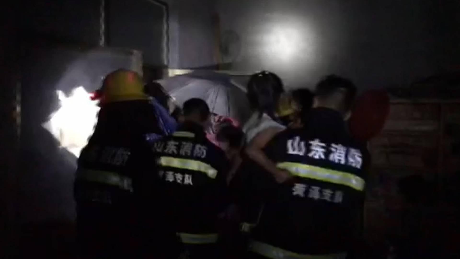 菏泽定陶强降雨来袭 消防员紧急转移5名群众、4小时排水400立方米