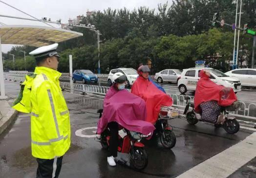 濱州交警提前上崗 全力做好降雨天氣道路交通應急防范